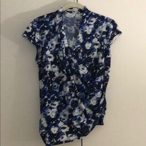 MM LaFleur Ferrante blue floral crepe top. S.